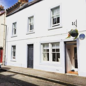Lahloo Bed and Breakfast offers pet-friendly accommodation in Anstruther. All rooms are equipped with a flat-screen TV with cable channels and DVD player. Booked