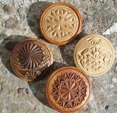 Karveskurd nål. Treskjæring. Brosje. Bjerk. Chipcarving. Carving. Wood. Laget av Arvid Renton