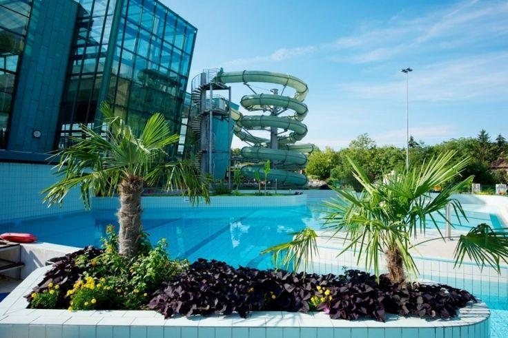 Az exkluzív Portobello Wellness & Yacht Hotel #Esztergom belvárosában, csendes nyugodt környezetben található, a Prímás-szigeten a Kis-Duna partján. Az épület közvetlen, zárt folyosós összeköttetésben áll a szálloda wellness részlegeként is üzemelő, közkedvelt Élményfürdővel, az Aquaszigettel.Szállodánk 95 szobájával, és tematikus lakosztályaival biztosítja a kényelmet vendégeink számára.