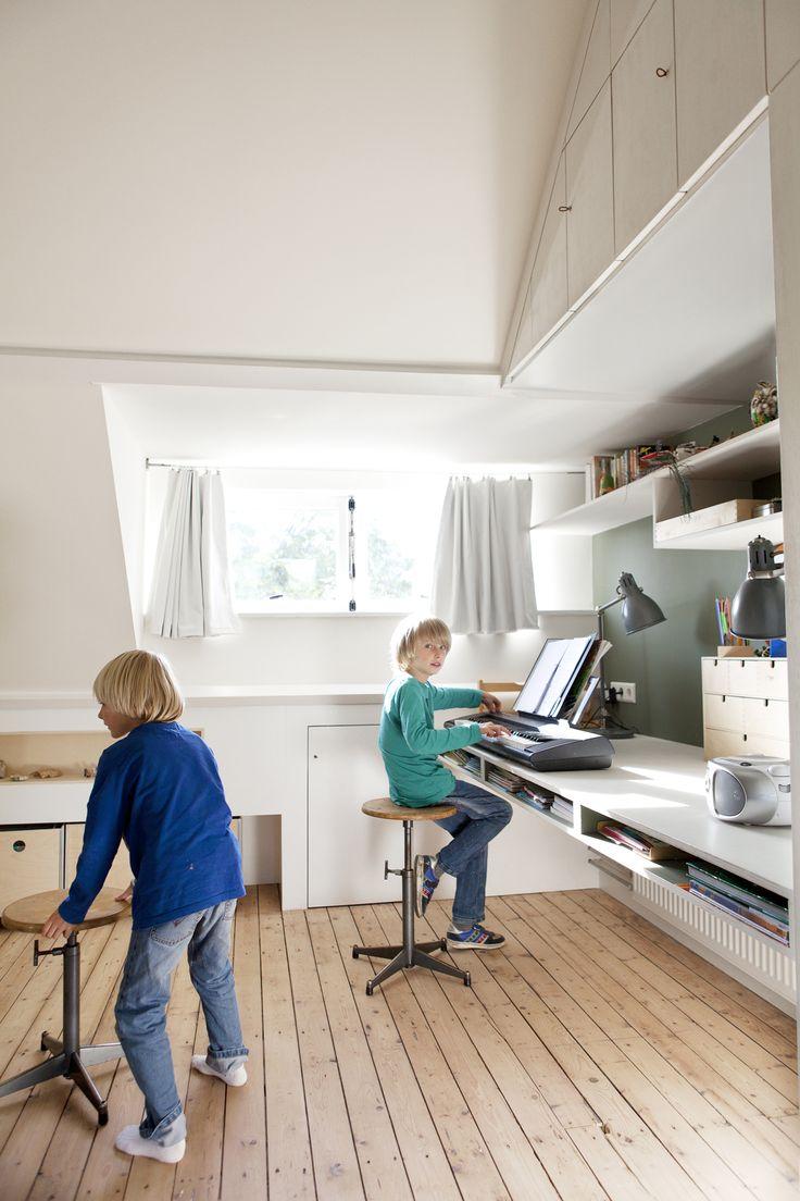 studio-EI -- Zolder 1: Heemstede. Ontwerp zolderetage met meubelontwerpen, kastenwanden, schuifdeur, dakkapel, badkamer, bedstee en slaapzolder. Ontwerp; www.studio-ei.nl Fotografie: www.jkf.nl