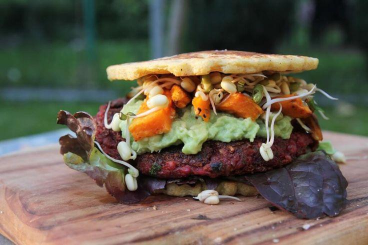 Dnes je in byť bio, paleo, bezlepkový, vegánsky, atď atď. Sú však aj ľudia, ktorý žiaľ lepok jednoducho nemôžu konzumovať. Pre jednu aj druhú skupinu vám prinášame recept na vegánsky burger od Bite me, ktorý neobsahuje žiaden lepok. Na placky potrebujete: 150g cícerovej múky 250ml vody 4 polievkové lyžice olivového oleja soľ Na burger potrebujete: …
