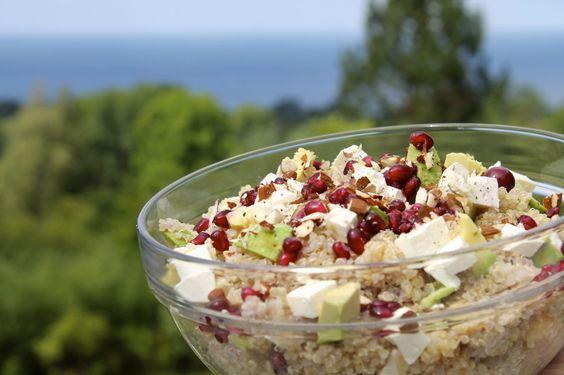 Før jeg lavede denne salat, havde jeg aldrig smagt quinoa før - men nu er jeg blevet ret vild med det. Quinoa er et godt alternativ til ris, bulgur, perlespelt eller lignende og er meget sundt:har et højt indhold af protein,masser af vitaminer, jern, kalk og så er det glutenfrit.  Her er q....