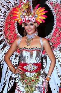 Miss Indonesia 2011 use the costume pose