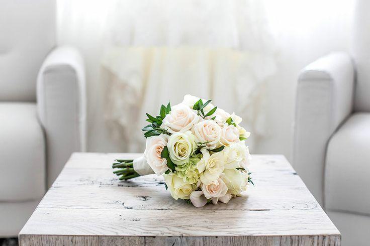 Bruidsboeket wit, creme, lichtroze, Bruidsfotografie, Bruidsfotograaf | Dario Endara