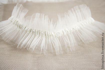 Прозрачная легкая свадебная подвязка из фатина и тонкой атласной ленточки цвета айвори.