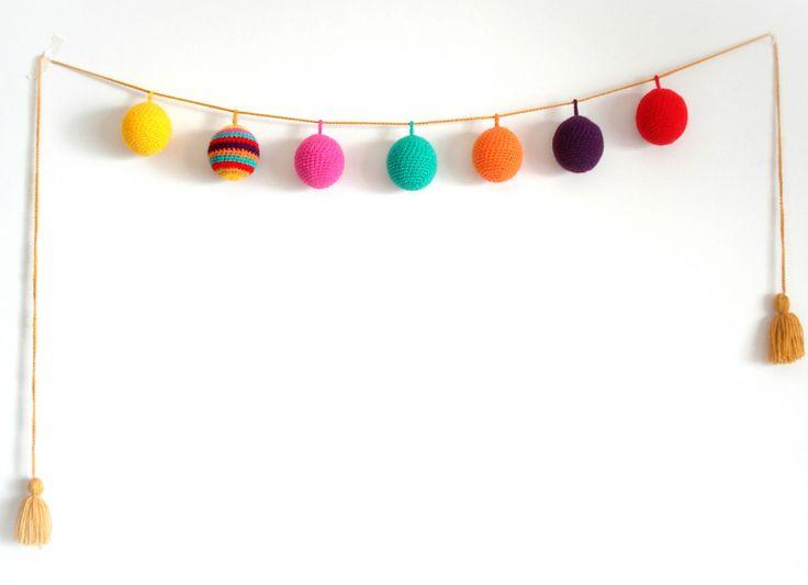 Guirnalda crochet Esferas rellenas. En https://ofeliafeliz.com.ar/espacio/palomitasdemaiz