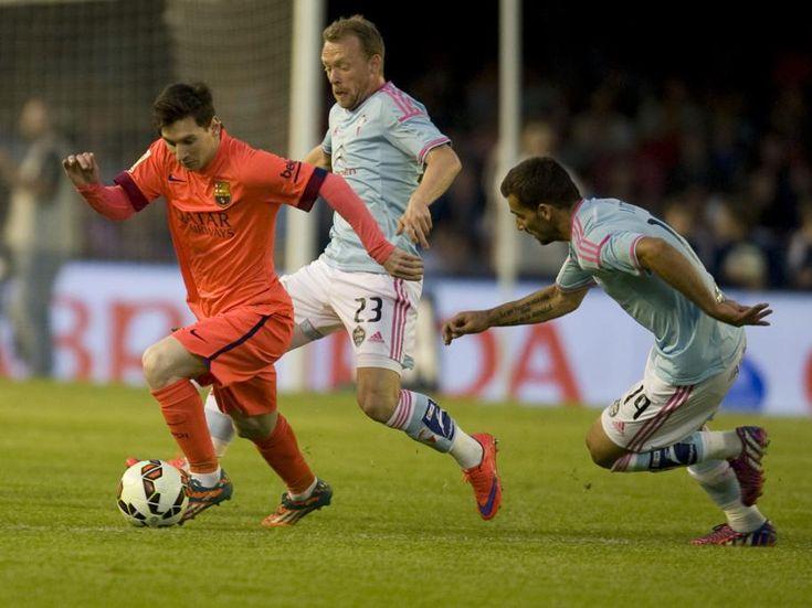Messi escapa de la presión de dos rivales.
