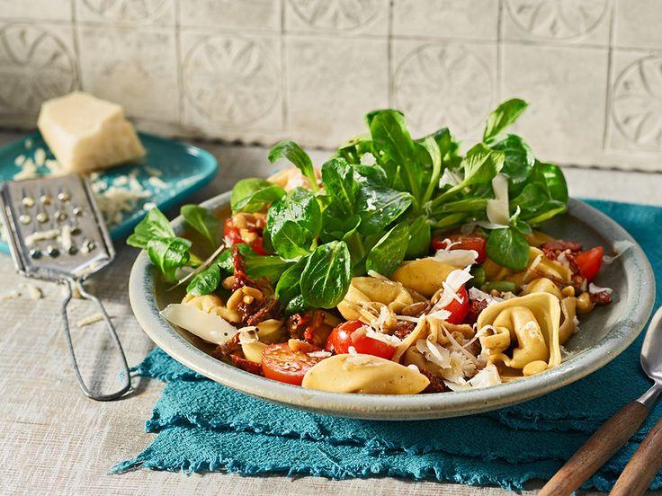 Mediterraner Tortellinisalat mit getrockneten Tomaten und Parmesan