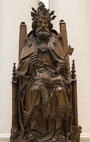 Petrus,the Chair of  St. Peter.  This late medieval statue of S.Peter in papal robe,ca  1520,in the Victoria·y  Alberto Museum.  Wood carved