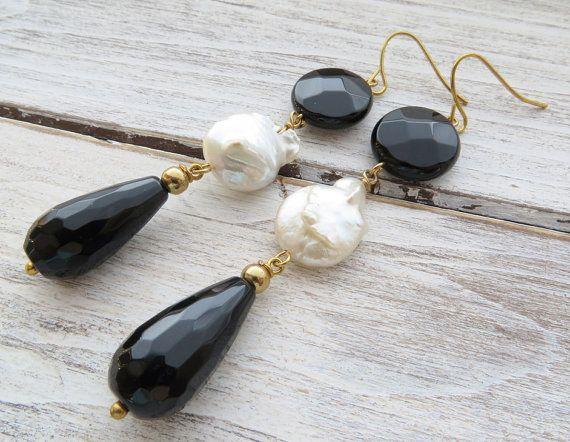 Zwarte onyx oorbellen, bengelen oorbellen, zoetwater parel oorbellen, edelsteen sieraden, zwarte agaat sieraden, zwart-witprinter oorbellen, als cadeau Glamour lange oorbellen met facetten zwarte onyx druppels en witte ZOETWATERPARELS. Gorgeous, vrouwelijk, chic! Gouden Toon Oorbellen grootte: 2,4 inch - 7,6 cm lang - 6 gr. elke Alle juwelen zijn voorzien van een mooie geschenkdoos Sofias Bijoux sieraden: http://www.etsy.com/it/shop/Sofiasbijoux *...