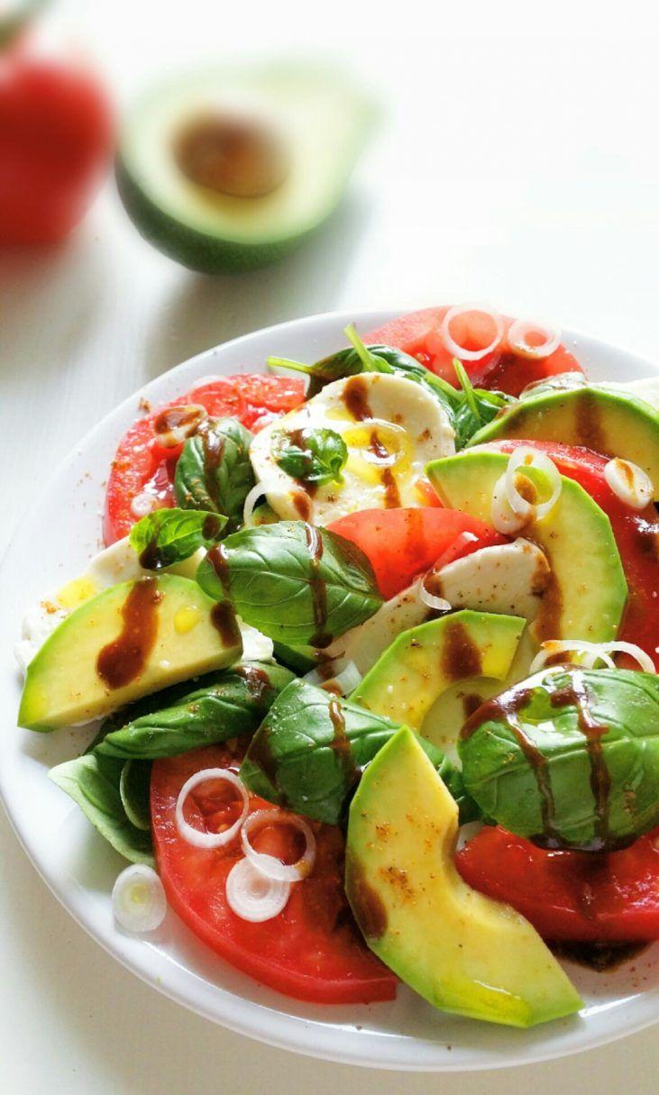Klasyczna i lubiana przez wszystkich sałatka caprese z awokado wzbogacona o odżywczy owoc, będącego skarbnicą witamin i przeciwutleniaczy.