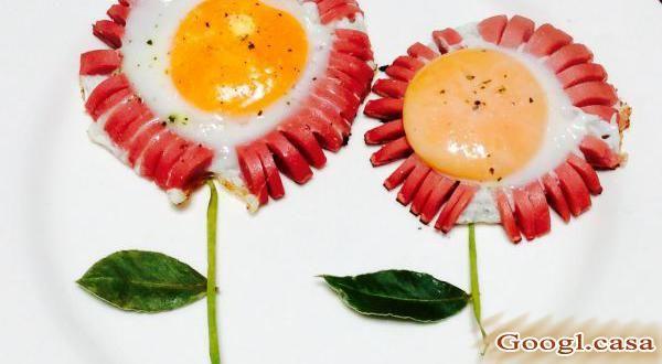 Esta receta de huevos fritos en forma de flor es una manera diferente y muy divertida de conseguir que los más pequeños se alimenten. Solo debes ser creativo y ofrecerles ideas llamativas pero nutritivas al mismo tiempo. Sigue leyendo y aprende con Googl.casa  a preparar estos divertidos huevos en forma de... #googl_casa #recetas #huevos_rancheros #huevos_fritos #huevos_revueltos #huevos_cocidos #huevos_rellenos #tortitas