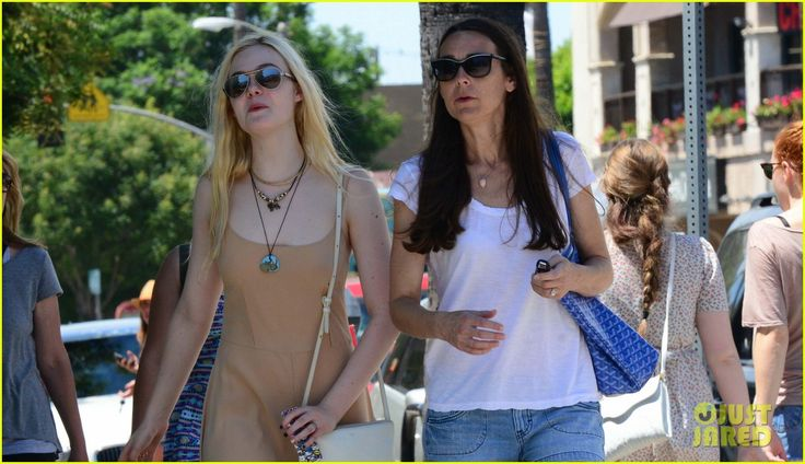 elle fanning mother daughter shopping trip 03 Elle Fanning rocks a neutral toned maxi-dress as she steps out to do some shopping on Sunday (August 18) in Studio City, Calif.    The 15-year-old actress was joined…