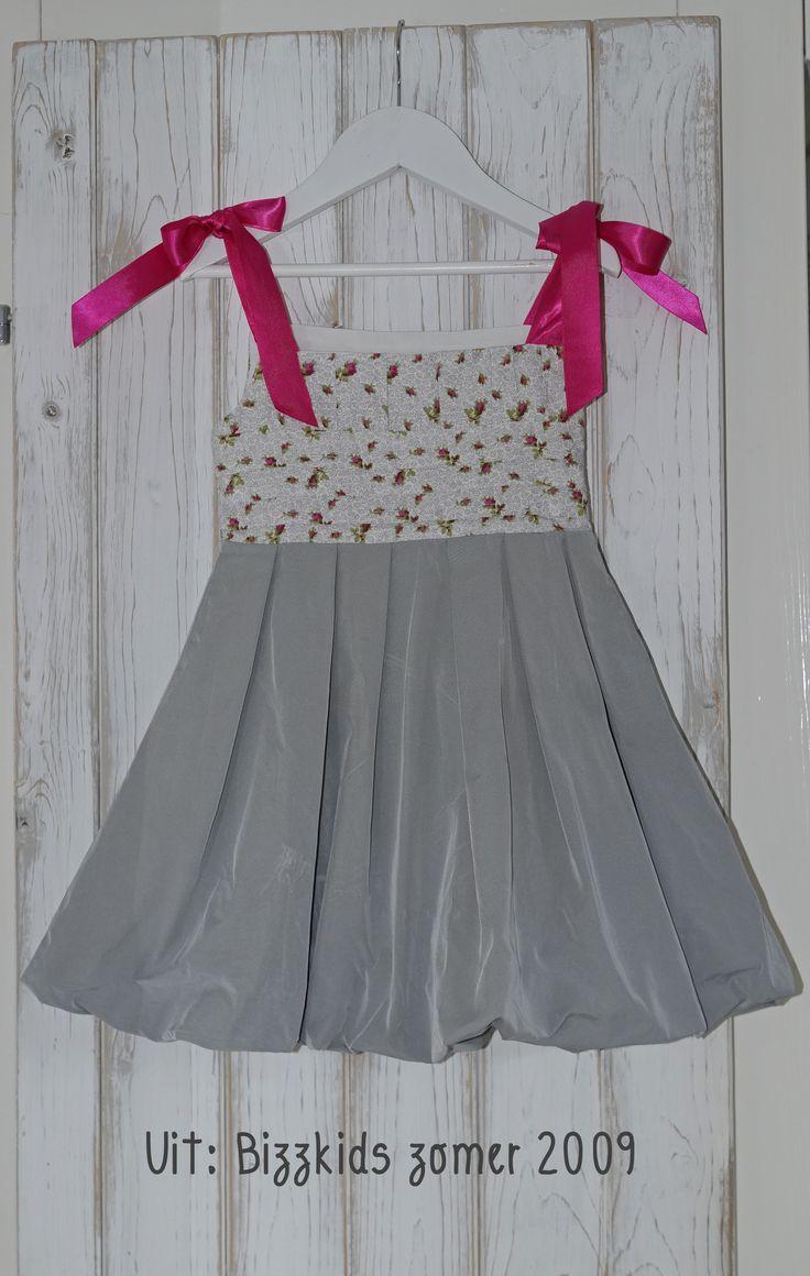Een ballonjurk voor als je 4 jaar wordt! Van binnen met knalroze gevoerd :) De roze strikken zakken wel een beetje van de schouders af. Oplossing: (voor in de winter) met kleine speldjes aan het onder t-shirt vastmaken...