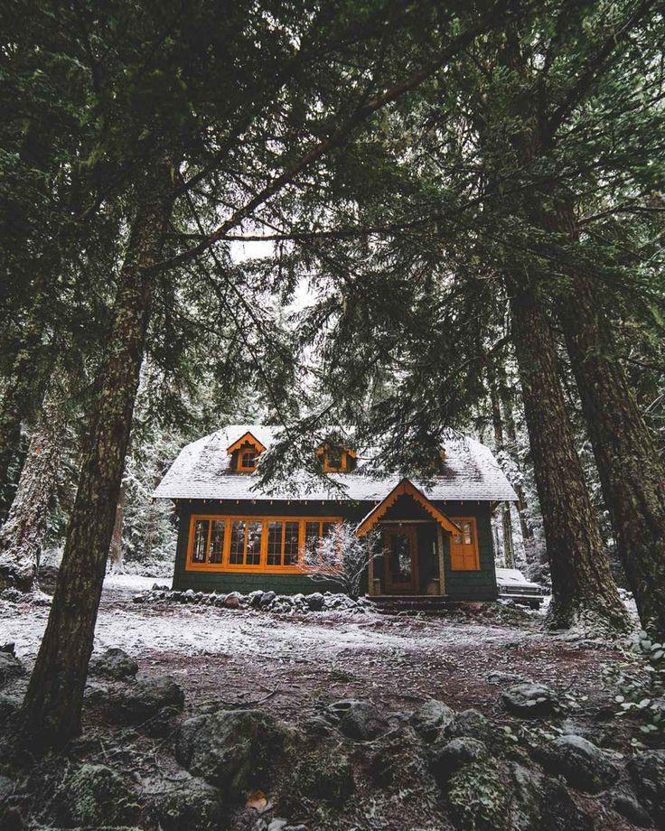 Ein kleines schönes Blockhaus im Wald für die Leute, die Einsamkeit mögen. Mehr auf https://www.pineca.de/blockbohlenhauser/