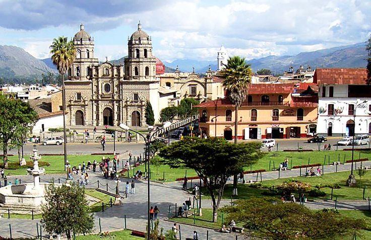 Plaza de armas de Puira, En quechua, Puira significa granero o deposito de abastecimiento. El departamento de Piura esta ubicado al Norte con Tumbes y Ecuador, por el Este con Ecuador y Cajamarca, por el Sur con Lambayeque y por el Oeste limita con el Oceano Pacifico.
