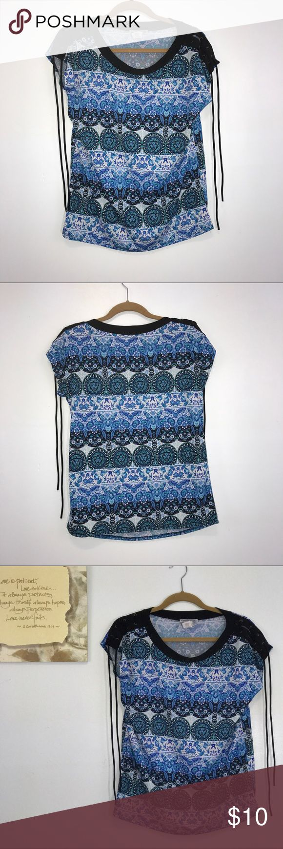 """Carol Rose Blue White Woman's Top Small Carol Rose blue and white woman's top. Has black neck trim and lace shoulder. Lying flat, approximate measurements are: bust, waist and hip 20""""; length 25.5"""". (H02-15) Tops"""