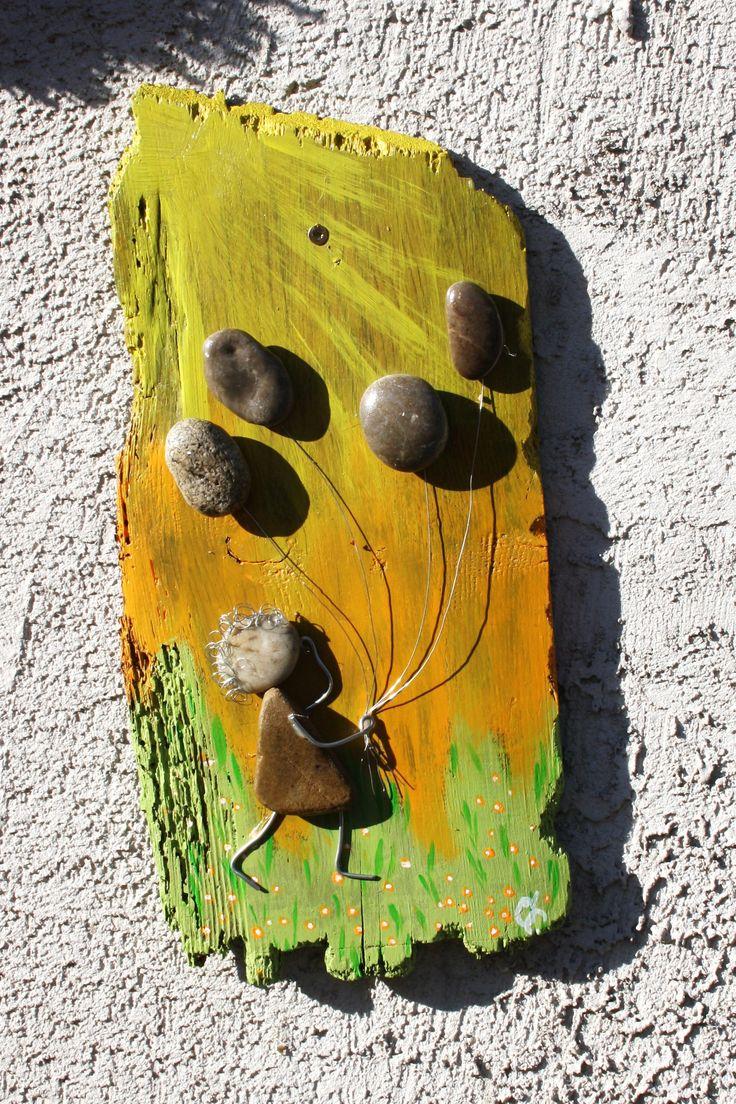 altes Holzbrett bemalt, Figur und Ballone aus Steinen und Biegedraht