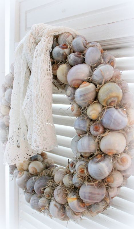 Prachtige #krans met Nattai #schelpen  Referentienummer 009046 op www.pompoenzaden-decoshop.nl