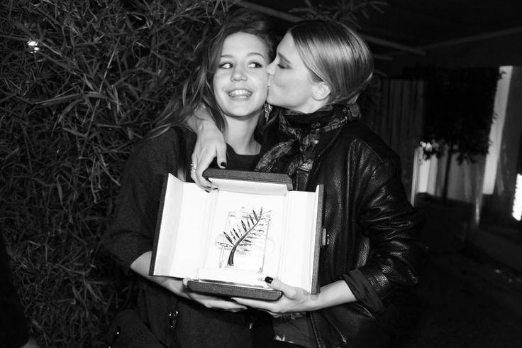 Dans les coulisses de Cannes 66ème Festival Cloture Léa Seydoux et Adèle Exarchopoulos pose avec leur Palme dor pour le film La vie dAdèle dAbdellatif Kechiche à la plage Magnum x Le Baron
