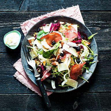 Recept: Fröfräsig sallad med bresaola, ost och citronyoghurt