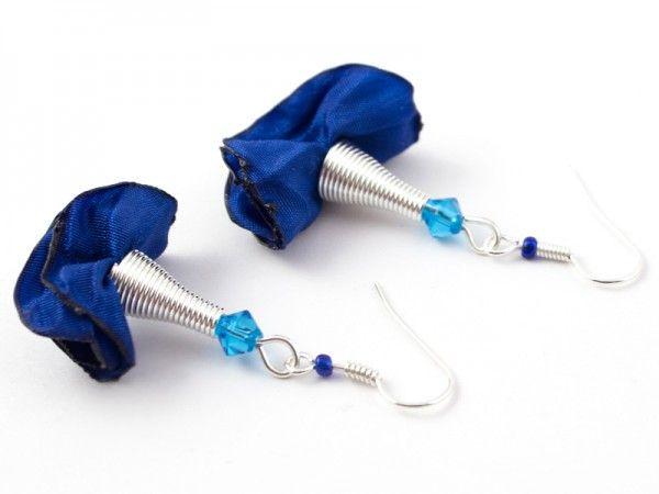 Bardzo lekkie i kobiece kolczyki z serii 'Silk' wykonane z materiału w kolorze chabrowym oraz elemen...