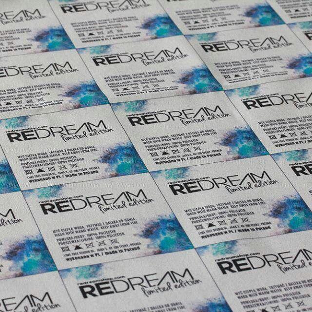 Nadsyłając zdjęcia prac wykonanych z drukowanych u nas tkanin, pokazujecie jak różne zastosowanie mogą posiadać nasze materiały  Tym razem gabardyna w wersji metkowej Nadruk został wykonany dla marki Redream.