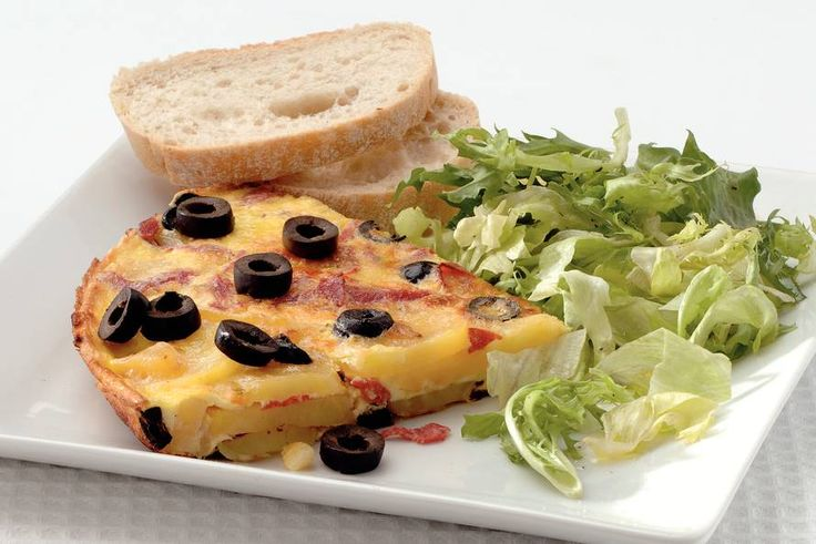 Kijk wat een lekker recept ik heb gevonden op Allerhande! Aardappeltortilla met salami en olijven