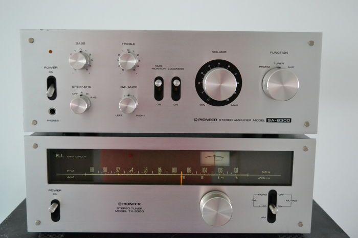Pioneer SA 6300 & TX 5300  Zeer nette Pioneer set. Zowel de versterker als de tuner verkeren nog in zeer fraaie staat. De knoppen zijn voor een fris uiterlijk ultrasoon gereinigd. Geen krakende potmeters of schakelaars en de lampjes zijn alle in orde.Zeer gevoelige tuner die op een simpel draadje al een uitstekende ontvangst op de FM heeft.DescriptionThe Pioneer SA-6300 is a 20 watt integrated amplifier with a very good cost/watt/distortion ratio.Features include a tape monitor loudness…