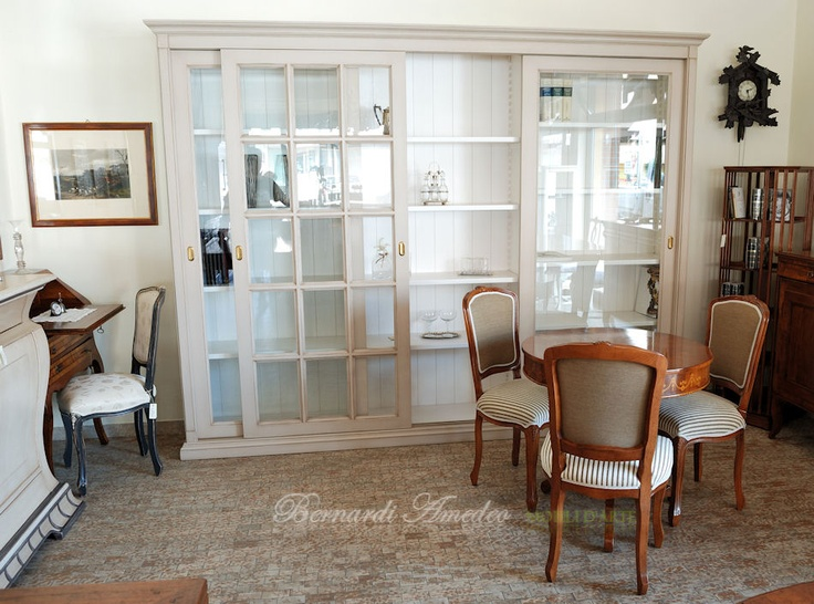 Sliding doors bookcase, round table and classic chairs