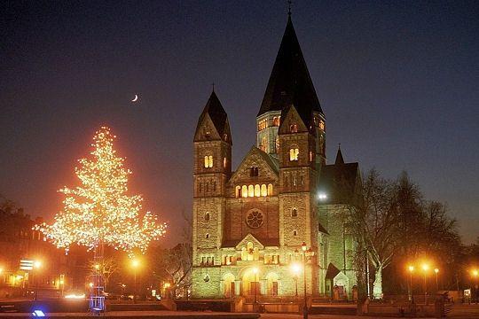Le temple protestant de Metz, appelé Temple Neuf ou église des Allemands, de style néo-roman. Lieu emblématique de la ville, construit durant l'annexion allemande, il rappelle son passé à la fois français et allemand.