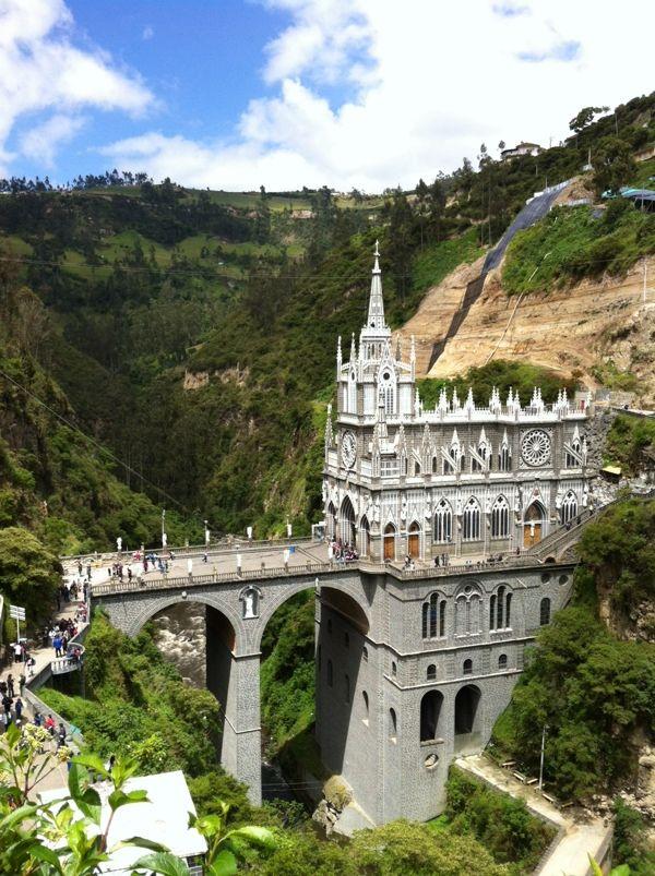 渓谷に囲まれ、橋の下には川が流れている美しい場所に佇むテスラハス教会 コロンビア