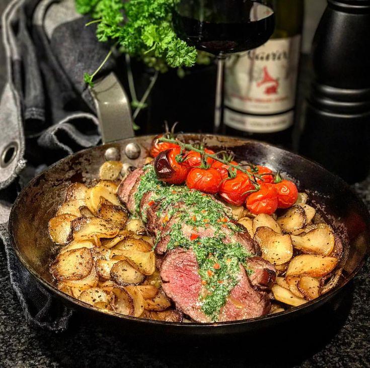 (@matborgen) Helgrillad oxfilé reverse sear med salt innan och peppar efter. Råsteker Amandine potatis med salt och grovmalen svartpeppar. Kryddsmör på persilja och vitlök (lite chili med) salt. När kött vilat en stund skivas det upp och läggs på potatis, klicka på örtsmör och in i het grill/ugn några min tills smör smält. #recept MyFood MyRecipe Fav