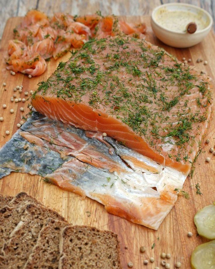 Para la cena de hoy preparé este Gravlax de salmón. Es una técnica de curado noruega que es muy simple y que si todavía no te decidiste qué comer te puede re salvar!  Para prepararlo necesitás:  1 kg de salmón (en el Barrio Chino estaba a $280 el kg vofi) 3 cucharadas de sal marina 3 cucharadas de azúcar 1 cucharada de semillas de Coriandro 1/2 cucharada de pimienta blanca Eneldo  Mezclás la sal con el azúcar el coriandro y la pimienta. Lavás y secás bien el salmón ponés casi la mitad de la…