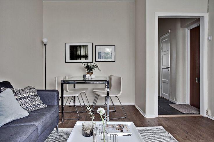 Alkoven utgör en utmärkt plats för ett matsalsbord eller en arbetshörna för den som önskar det. Eklandagatan 54C - Bjurfors