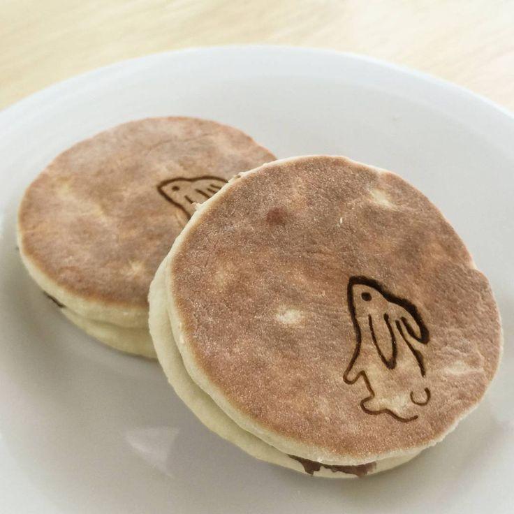 ユイミコ・秋の和菓子  芋名月 (芋種)  十五夜に里芋などを供えて豊作を願ったという風習から十五夜の満月は「芋名月」と呼ばれます。そこから和菓子では里芋を形どったお菓子を作るのが一般的ですが、少し解釈を変え、大和芋を使った芋種という生地で満月を型どり月にちなんでうさぎの焼き印を押して仕上げました。  #和菓子#和菓子作り#手作り#お茶会#練り切り#ユイミコ#かわいい和菓子#cawaii#wagashi#sweets#japanesesweets#芋名月