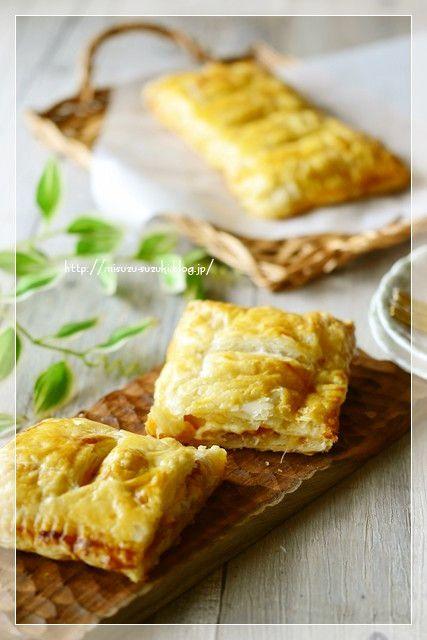 さつま芋と塩もみキャベツのおかずパイ    りんごの甘みと酸味、とろーり溶けたチーズ、シャキシャキの塩もみキャベツ、コクとうま味出しのウィンナーのボリュームパイです 鈴木美鈴    材料 (冷凍パイシート2枚分) 塩もみキャベツ(レシピID4060126) 50g 卵黄 1個 冷凍パイシート 2枚(18cm☓18cm) ウィンナー 30g ピザ用チーズ 30g ケチャップ 大さじ1 りんご 1/4個 作り方 1 オーブンは200度に温める。パイシートを冷凍庫から出しておく。溶けたら半分に切る。クッキングシートを天板に合わせて切る。 2 りんご、ウィンナーはさいの目切り、卵黄は溶いておく。 3 クッキングシートの上に、冷凍パイシートを置き、ケチャップを塗り、塩もみキャベツ、ウィンナー、りんご、ピザ用チーズをのせる 4 もう1枚のパイシートをかぶせ、周りの縁をフォークで押さえパイシートの上下をくっつけ、溶き卵を刷毛で塗る。 5 パイシートの上に包丁で切り込みを入れ、天板にのせて200度に温めたオーブンで30分焼く。 コツ・ポイント…
