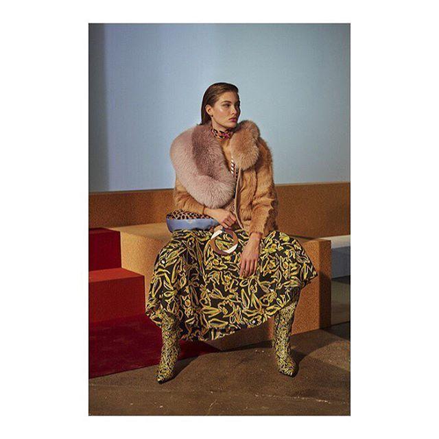 Геометрические принты и формы, сочетания ярких цветов, сложных узоров и фактур, тщательно выверенные аксессуары (обувь, сумки, крупные украшения) — коллекция @dvf была продумана до перфекционизма и оставляет ощущение грамотно составленной палитры.  Diane von Furstenberg, осень-зима 2017 — обзор Buro 24/7 -  Diane von Furstenberg, autumn-winter 2017  #dianevonfurstenberg