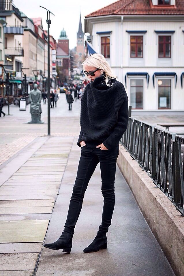 Black On Black // Pointed Boots // Oversize Jersey