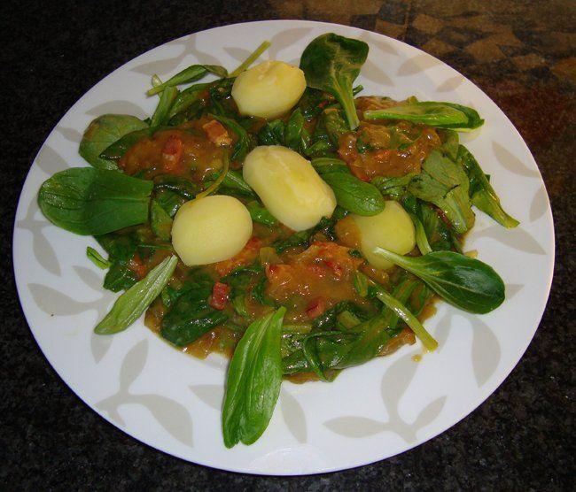 Recept voor Veldsla met zure uiensaus en spekjes (krepkessaus). Meer originele recepten en bereidingswijze voor groenten vind je op gette.org.