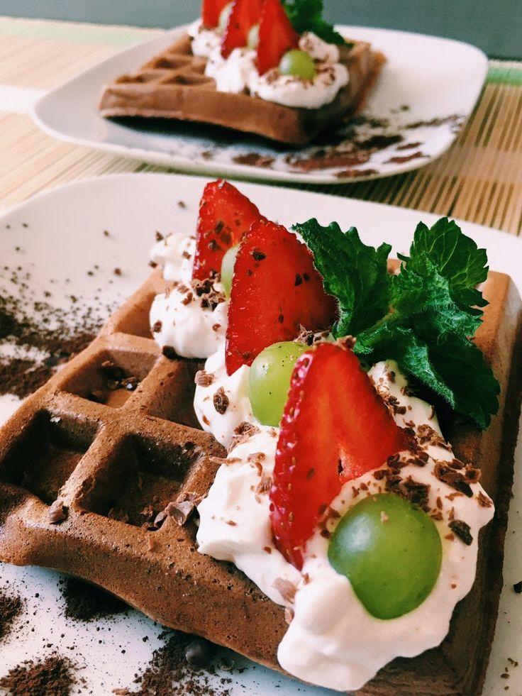 Intensywnie czekoladowe gofry podawane z bitą śmietaną i owocami. Chrupiące i lekkie w smaku. W sam raz na deser po pysznym obiadku.