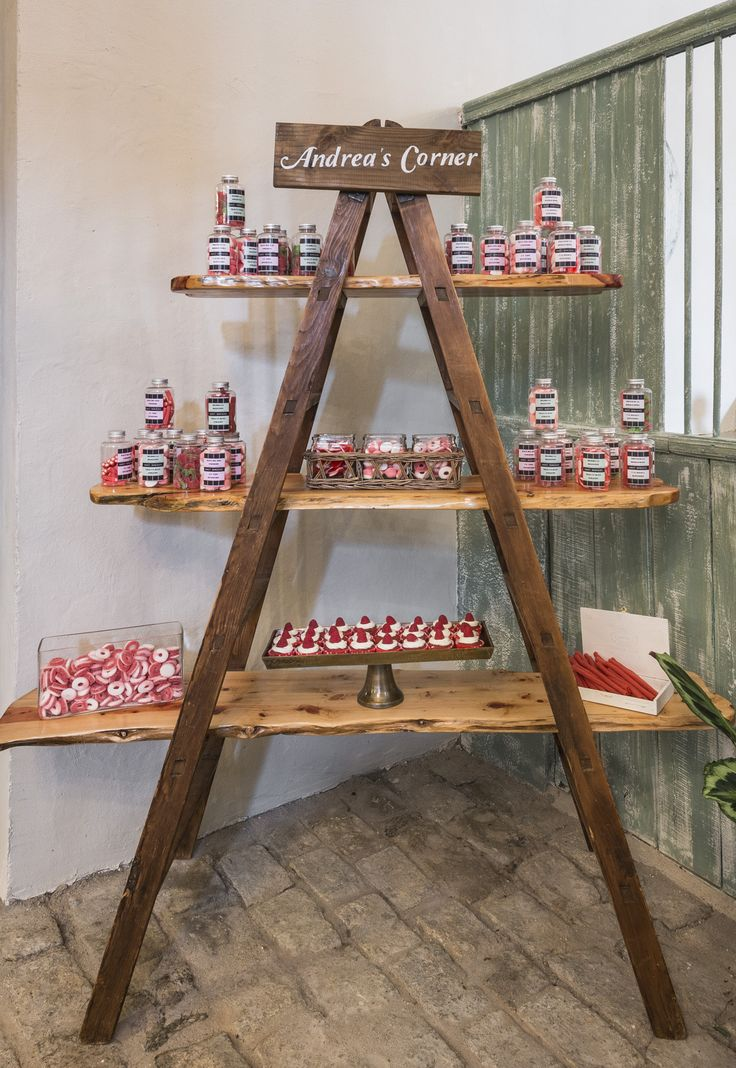 chuches en botes en escalera antigua de madera candy bar in antique wood ladder