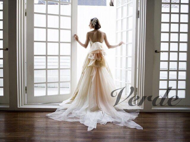 ANEMONE / Aline (アネモネ / Aライン)シャンパンカラーが印象的な個性派ウェディングドレス。シルクジャガードが織り成すアネモネを描いた織柄は、シャンパンカラーで印象的なデザインのウェディングドレスです。ラインはシンプルなAラインながらに、バックデザインはニュアンスカラーがミックスされた オーガンジー素材もミックスされ、個性的なカラーを持つ一着。
