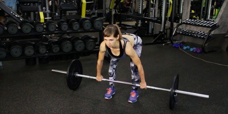 Мёртвая тяга — отличное упражнение для проработки задней поверхности бедра. Лайфхакер предлагает подробный разбор техники и упражнения на растяжку целевых групп мышц.