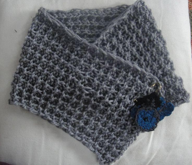 Cuello tejido con dos agujas (Punto Granizo) y con un prendedor en crochet.