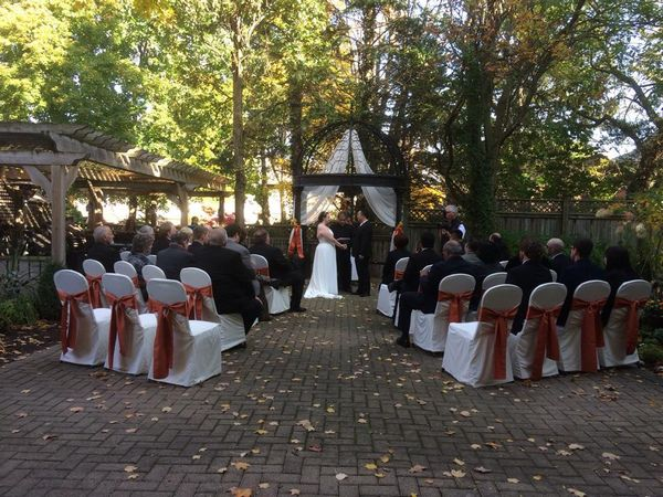 Outdoor wedding ceremony at the Idlewyld Inn - London Ontario