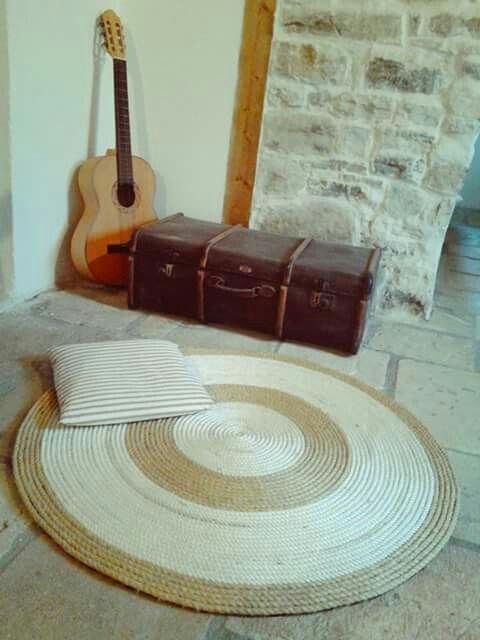 Round carpet with sisal and white nautical rope.