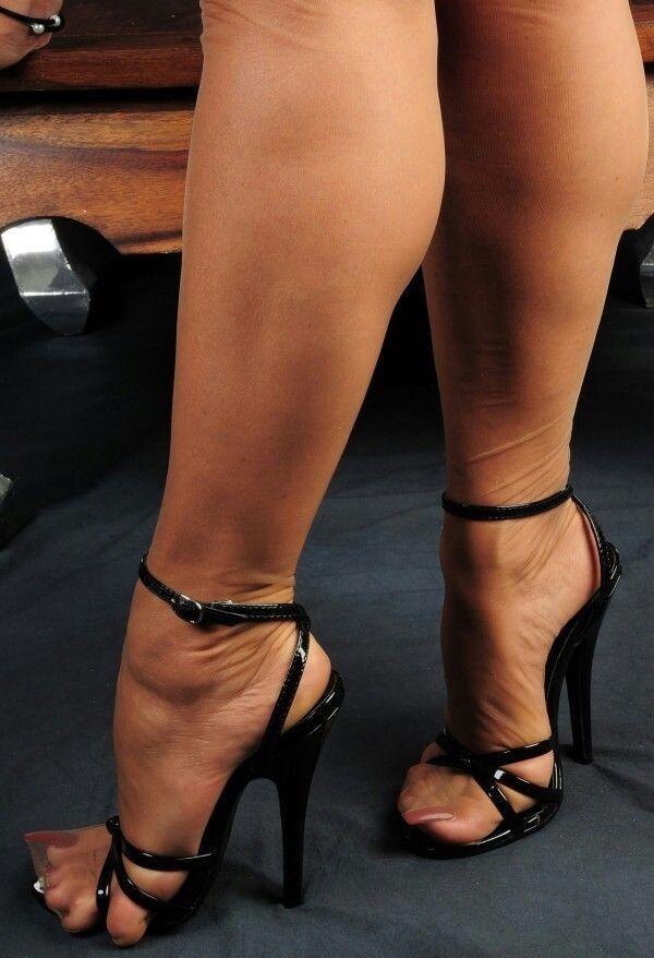 Женские ножки и раб данном