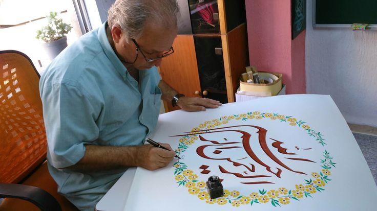 محمود فريد يوقع على احدى لوحاته