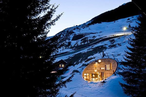 Esta increíble casa esta construida directamente en la ladera de una pendiente en Vals en Suiza
